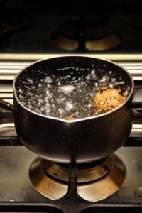 Heißes Wasser gegen Unkraut